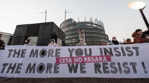 Demonstranter blockerar ingången till EU-parlamentet 15.2.2017 i protest mot Ceta-avtalet.