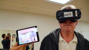 Man som testar virtuell verklighet.