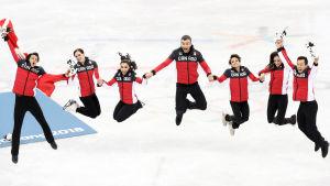 Kanadas konståkningslag firar OS-guldet på is i Pyeongchang.