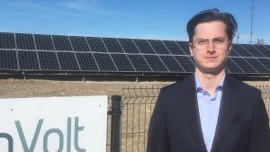 Marek-Andres Kauts från FootonVolt står framför företagets solkraftspark på Dagö