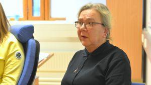 Närbild av Eija Taskinen, förvaltningschef i Ingå, när hon pratar.