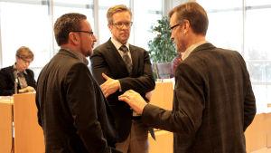 Pargas stadsdirketör Patrik Nygrén i diskussion med Ted Bergman och Mikael Holmberg