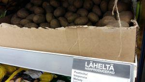 Skylt i en närbutik för närproducerad potatis.