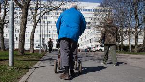 Äldre man med rollator
