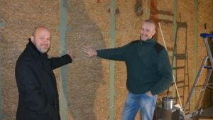 Filip Graeffe och Filip Lynch i Mikaelskolans halvfärdiga kök.