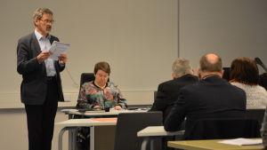 Korsholms fullmäktige, styrelseordförande Michael Luther drar ärendet.
