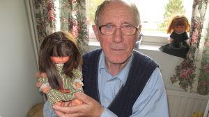 Uno med en docka han gjort.