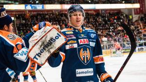 Niko Mikkola firar mål för Tappara.