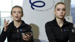 Emmi Peltonen och Viveca Lindfors under en presskonferens.
