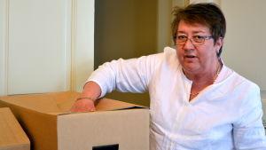 Ann-Katrin Svensson packar sina lådor inför flytten till vasa från Jakobstad.