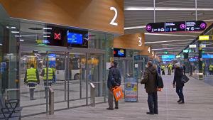 Passagerare väntar på att plattformen ska öppnas.