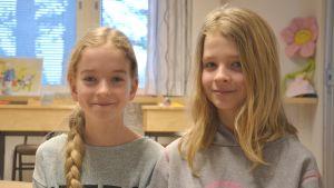 Sigrid och Freja går i skärgårdshavets skola i Korpo