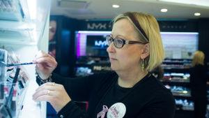 Saija Aromaa arbetar vid konsmetikavdelningen på Sokos varuhus i Helsingfors.