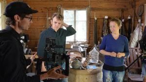 """Kameramannen Erik Åhman, regissören Alfred Backa och huvudrollsinnehavaren Tinja Sabel vid inspelningarna av """"Ivankallan""""."""