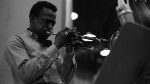 Miles Davis soittaa studiossa