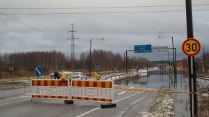 Översvämmad väg i Reso där en fil är avstängd