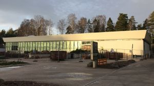 Simhallen i Hagalund med stängsel framför.