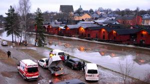 Filmgrupp och många bilar invid Borgå å.