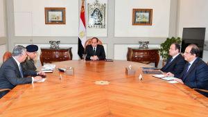 Egyptens president Abdel Fattah al-Sisi i möte med några av sina ministrar efter moskéattacken den 24.11.2017.