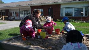 Barnwskötare Emma Westerlund bakar sandkakor med dagisbarnen.