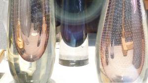bild på Gunnel Nymans vaser med små pärlor eller muscher i glaset, som en skir slöja