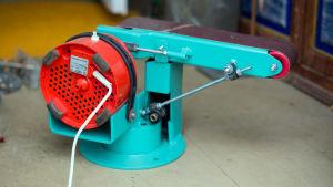 En bandslipmaskin gjord av bland annat en elmotor från en mixer och skateboardhjul