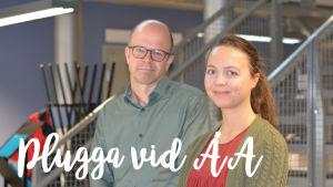 Professor Martin Gustafsson och studenten Sara Smeds står framför en trappa