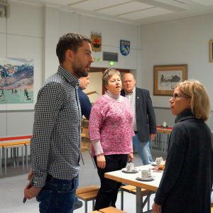 Rektor Markus Enlundi samspråk med förälder Anette Hagström-Penttilä. I bakgrunden stadssirektör Stina Mattila och bildningschef Peter Johnson.