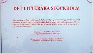 """""""Doktor Glas"""" i Kungsträdgården - en litterär skylt, som funnits på platsen sedan 1992."""