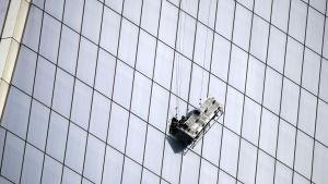 Fönstertvättare hjälplöst hängande på World Trade Centers fasad i New York.