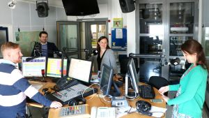 Helsingforspolitikerna Silja Borgarsdottir-Sandelin (SFP), Ted Apter (Saml) och Veronika Honkasalo (VF) i Yle Huvudstadsregionens studio tillsammans med programledare Ted Urho..
