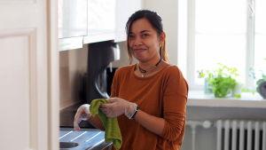 Rose städar hemma hos en barnfamilj i Finland.