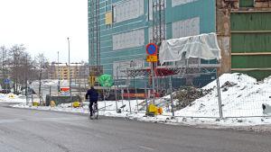 Drumsöcyklist tvingas ut bland bilarna på Hallonnäsgatan.