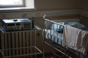 Modern patientsäng och ECT-apparat.
