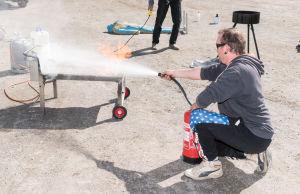 Blivande ordningsman övar sig på att släcka eld.