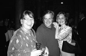 Venla-palkintojuhla 2001. Ulla Löppönen, Matti Ijäs ja Venla Mäkelä iloisevat elokuvan menestyksestä