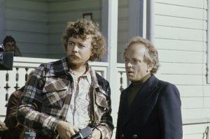 """Yleisradion televisioelokuva """"Manillaköysi"""" (1976). Veijo Meren romaaniin perustuva elokuva. Ohjaaja Veli-Matti Saikkonen ja kirjailija Veijo Meri elokuvan kuvauspaikalla."""