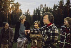 Edessä keskellä elokuvaohjaaja Veli-Matti Saikkonen, takana avustajia.