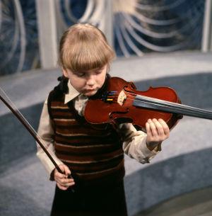 Elina Jalas soittaa viulua Viuluviikarit musiikkimaassa -ohjelmassa (1979).