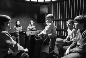 Ote Viuluviikarit musiikkimaassa -ohjelmasta (1985).