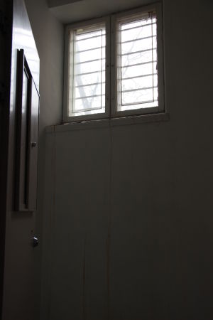 Högt sittande fönster med galler i ett patientrum på Lappvikens sjukhus.