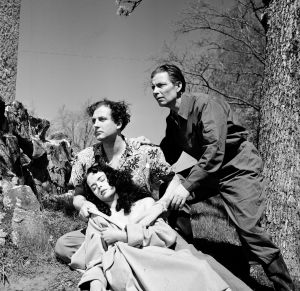 MIrja Mane, Helge Herala ja Toivo Mäkelä elokuvassa Noita palaa elämään (1952).
