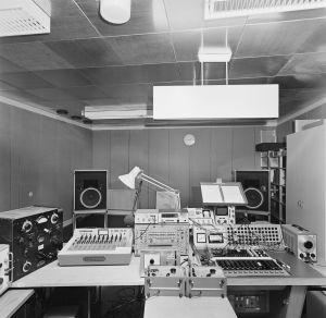 Yleisradion kokeilustudion laitteita Pasilan kalliosuojassa