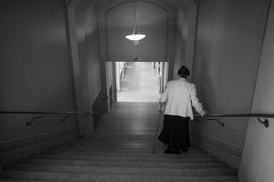 Rea Mauranen kävelee portaita alas Presidentti-sarjan kuvauksissa.