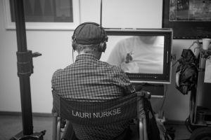 Lauri Nurkse seuraa monitoria Presidentin kuvauksissa.