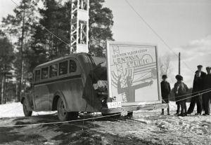 Yleisradion auto, jonka takaosassa on lentävän studion mainoskyltti (1930-luku)