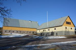 Stenbyggnad intill Svidja slott.