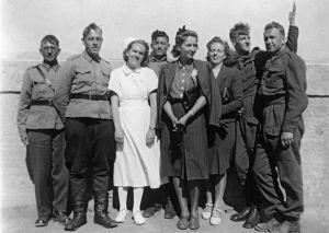 Sairaalan työntekijöitä ja sotavankeja ryhmäkuvassa (1941).