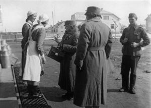 Lotta Svärd -järjestön johtaja Fanni Luukkonen vierailee Kokkolan sotasairaalassa. (1941).