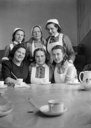 """""""Sisko, rouva Huhtaniemi, Elli, Saara, Aune, Helena. Keittiössä."""" (1941)"""